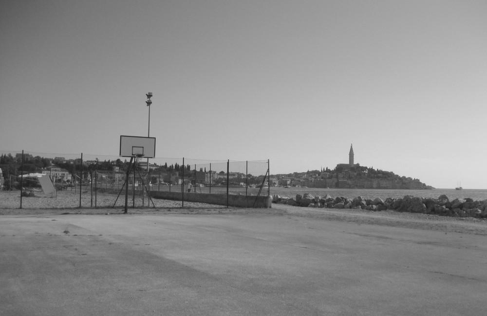 Campo da basket in riva al mare